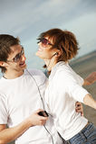 Paar dat aan muziek samen luistert Royalty-vrije Stock Fotografie