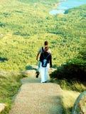 Paar dat in Acadia wandelt Royalty-vrije Stock Foto