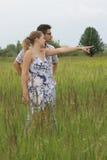 Paar dat afstand onderzoekt Stock Afbeelding