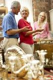 Paar dat in antieke winkel winkelt Stock Afbeelding