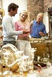 Paar dat in antieke winkel winkelt Stock Foto's