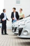 Paar dat auto op werf van handelaar bekijkt Stock Foto's