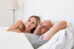 Paar dat in bed ligt stock fotografie