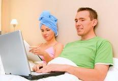 Paar dat in Bed rust stock afbeeldingen