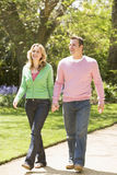 Paar dat bij de handen van de wegholding het glimlachen loopt Stock Fotografie