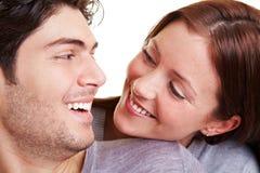 Paar dat bij elkaar glimlacht Stock Afbeelding