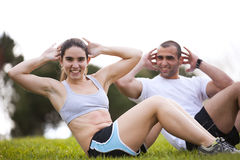 Paar dat bij het park uitoefent Stock Fotografie