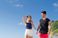 Paar dat bij het strand loopt Royalty-vrije Stock Afbeelding