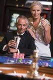 Paar dat bij roulettelijst gokt Stock Fotografie