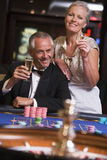 Paar dat bij roulettelijst gokt Royalty-vrije Stock Foto's