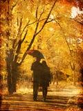 Paar dat bij steeg in de herfstpark loopt. Royalty-vrije Stock Afbeelding