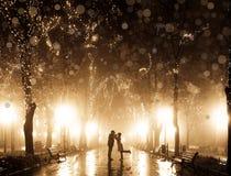 Paar dat bij steeg in nacht loopt Royalty-vrije Stock Foto