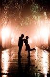 Paar dat bij steeg in nachtlichten loopt. Stock Fotografie