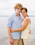 Paar dat bij strand koestert Stock Foto