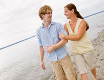 Paar dat bij strand koestert Stock Fotografie