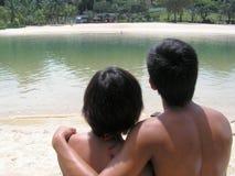 Paar dat bij strand koestert royalty-vrije stock afbeeldingen