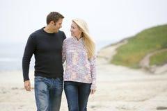 Paar dat bij strand loopt Stock Foto's