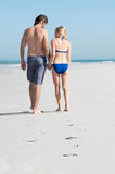 Paar dat bij strand loopt royalty-vrije stock fotografie