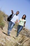 Paar dat bij wegholding handen en het glimlachen loopt Stock Afbeeldingen