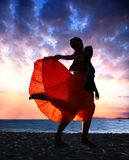 Paar dat bij zonsondergang danst Stock Foto's