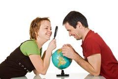 Paar dat bol bekijkt Stock Afbeelding