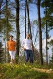 Paar dat in bos aanstoot Stock Afbeeldingen