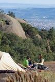 Paar dat boven de Stad kampeert royalty-vrije stock foto's