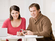 Paar dat calculator gebruikt om maandelijkse rekeningen te betalen Royalty-vrije Stock Afbeelding