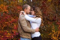 Paar dat in de herfstpark loopt Stock Foto