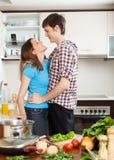 Paar dat in de keuken koestert Royalty-vrije Stock Afbeeldingen