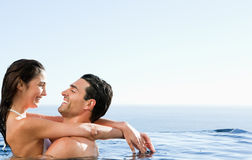 Paar dat in de pool omhelst Royalty-vrije Stock Foto's