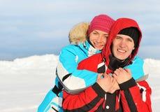 paar dat de winter van dag geniet Stock Foto's