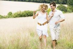 Paar dat de zomergebied doorneemt Royalty-vrije Stock Afbeelding