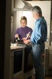 Paar dat Diner maakt - verticaal royalty-vrije stock fotografie