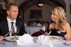 Paar dat diner in restaurant heeft stock foto