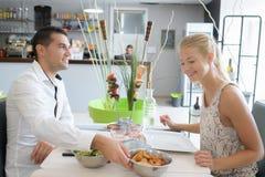Paar dat diner in restaurant heeft royalty-vrije stock afbeeldingen