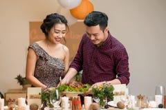 Paar dat diner voorbereidt royalty-vrije stock foto's