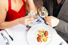 Paar dat diner in zeer goed restaurant eet Stock Afbeeldingen