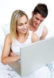Paar dat door Internet zoekt Stock Foto