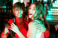 Paar dat dranken in staaf of club heeft stock foto's