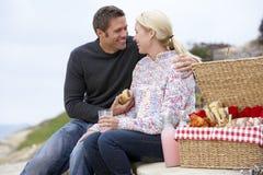 Paar dat een Al Maaltijd van de Fresko eet bij het Strand stock afbeelding