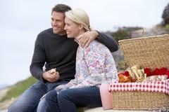 Paar dat een Al Maaltijd van de Fresko eet bij het Strand Stock Foto