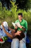 Paar dat een boek leest royalty-vrije stock afbeelding