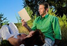 Paar dat een boek leest royalty-vrije stock fotografie