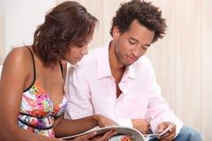 Paar dat een brochure leest royalty-vrije stock foto