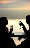 Paar dat een drank heeft Stock Afbeelding