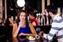 Paar dat een drank heeft stock afbeeldingen
