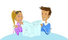 Paar dat een krant leest Stock Afbeeldingen