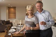 Paar dat een Partij van het Diner werpt Royalty-vrije Stock Fotografie