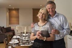 Paar dat een Partij van het Diner werpt Royalty-vrije Stock Afbeeldingen